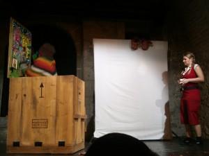 Christa observa la caja