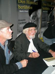 Ernesto Cardenal firmando libros