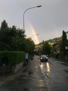 arcoiris y lluvia en la calle