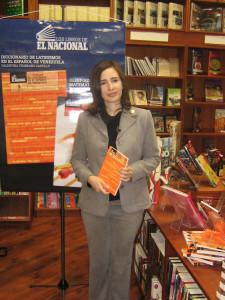 Valentina Truneanu con Diccionario de latinismos